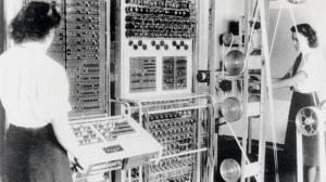 """Snertne damer på Bletchley Park, og """"Colossus""""-maskinen (1942). Dette var verdens første elektroniske programmerbare datamaskin."""