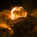 Magnetfeltløkker på sola fotografert av TRACE-satellitten.