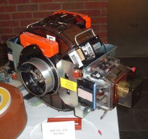 IBM 3380 harddiskmodul. Arnold Reinhold, Creative Commons.