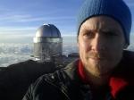 Nicolaas Groeneboom foran Nordisk Optisk Teleskop. (Foto: Gutten sjøl)