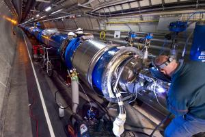 Arbeid med en LHC-magnet i kollisjonsstansen 2013-2015 (Long Shutdown 1). [Credit CERN]