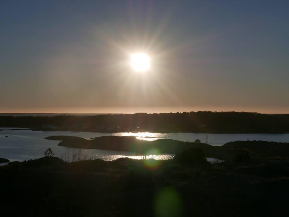 Sola over Herfølsåta, sett fras røysa på Søndre Sandøy, vårjamndøgn 2016.